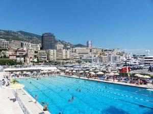 Das Freibad in Monaco. Direkt neben dem Yachthafen.